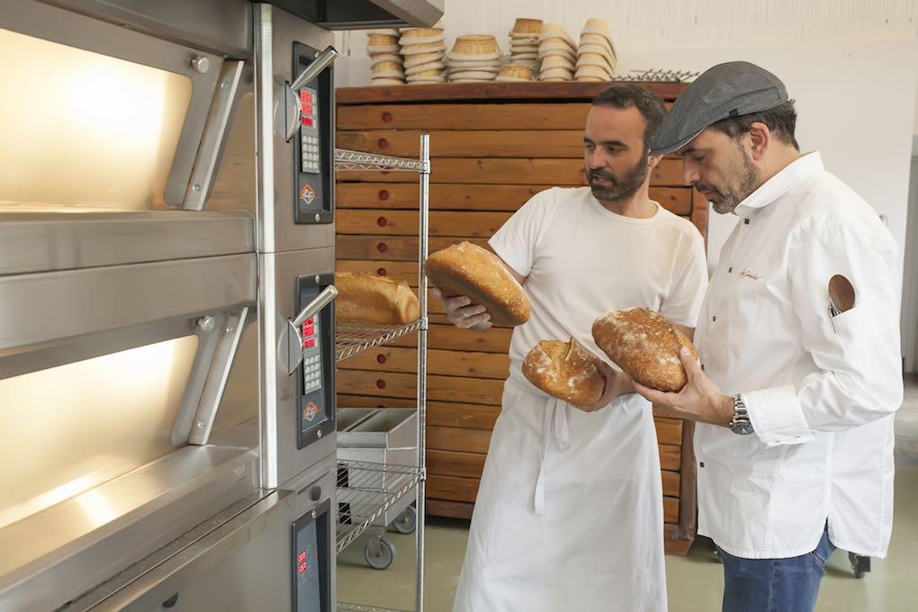 David Santiago y Jesús Sánchez, en el nuevo horno del 'Cenador de Amós'.