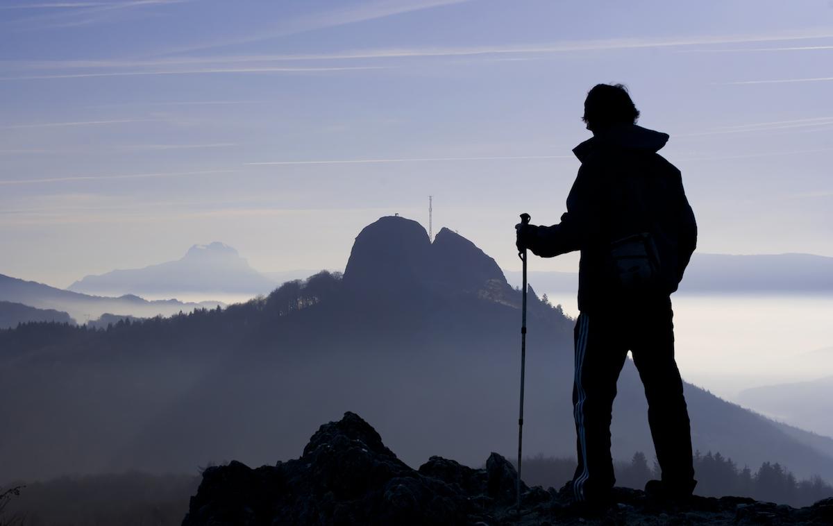 Un montañero contempla la sierra y Zegama, a los pies del Aizgorri. Foto: Shutterstock.