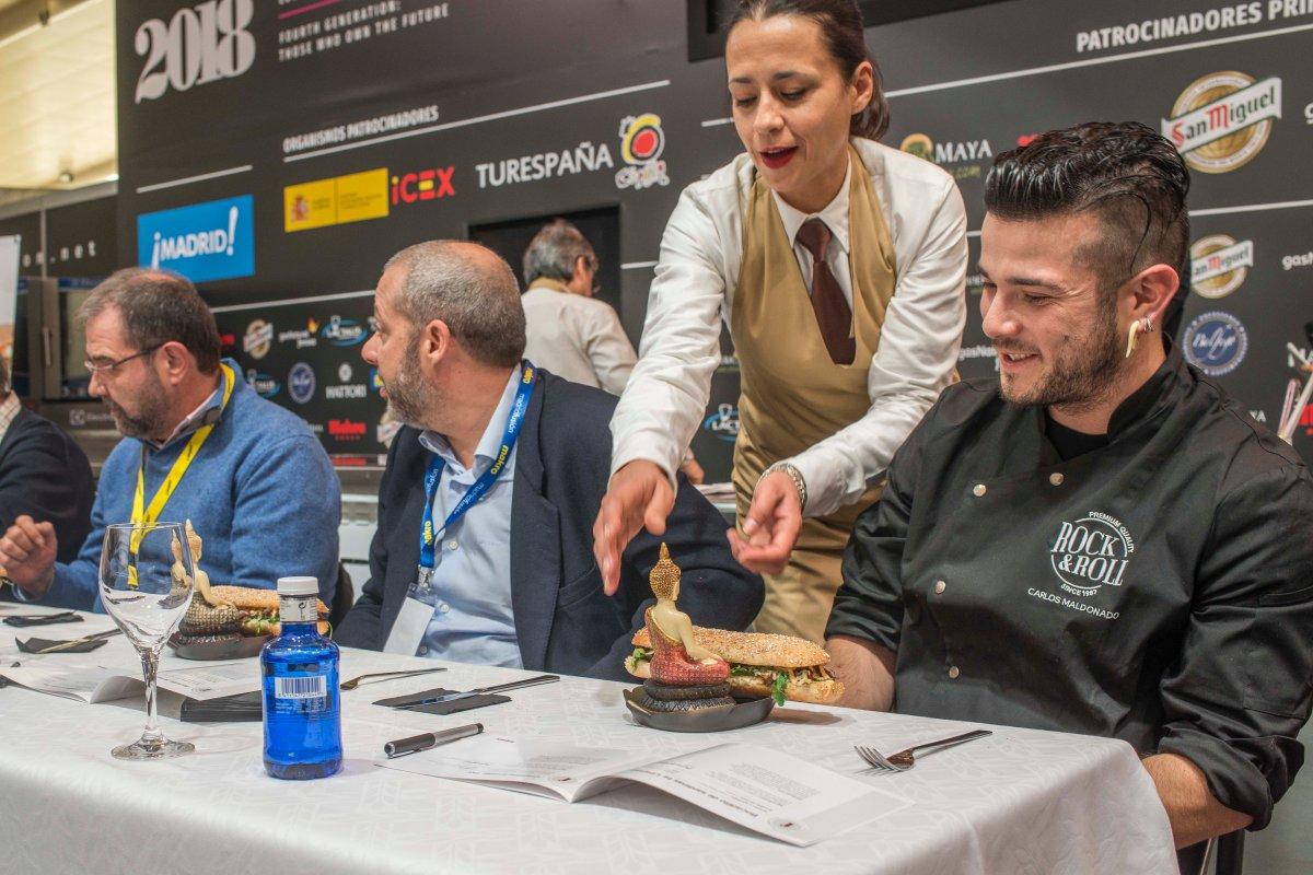 El cocinero Carlos Maldonado a punto de hincarle el diente a uno de los bocadillos.