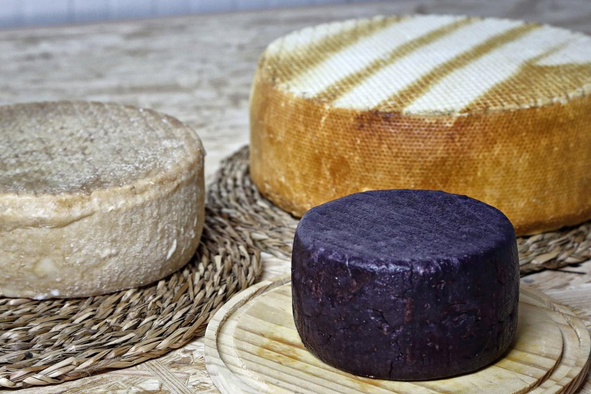 Tres variedades de quesos de Montesdeoca: tres leches, ahumado y de vino.