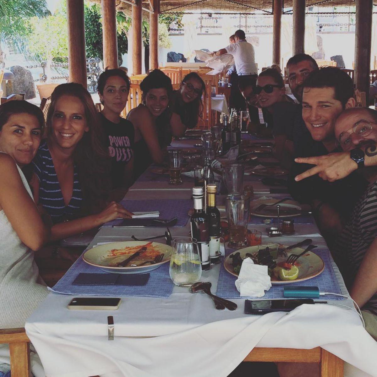 Comiendo con amigos en el hotel 'Princesa Yaiza', Lanzarote. Foto: Instagram.