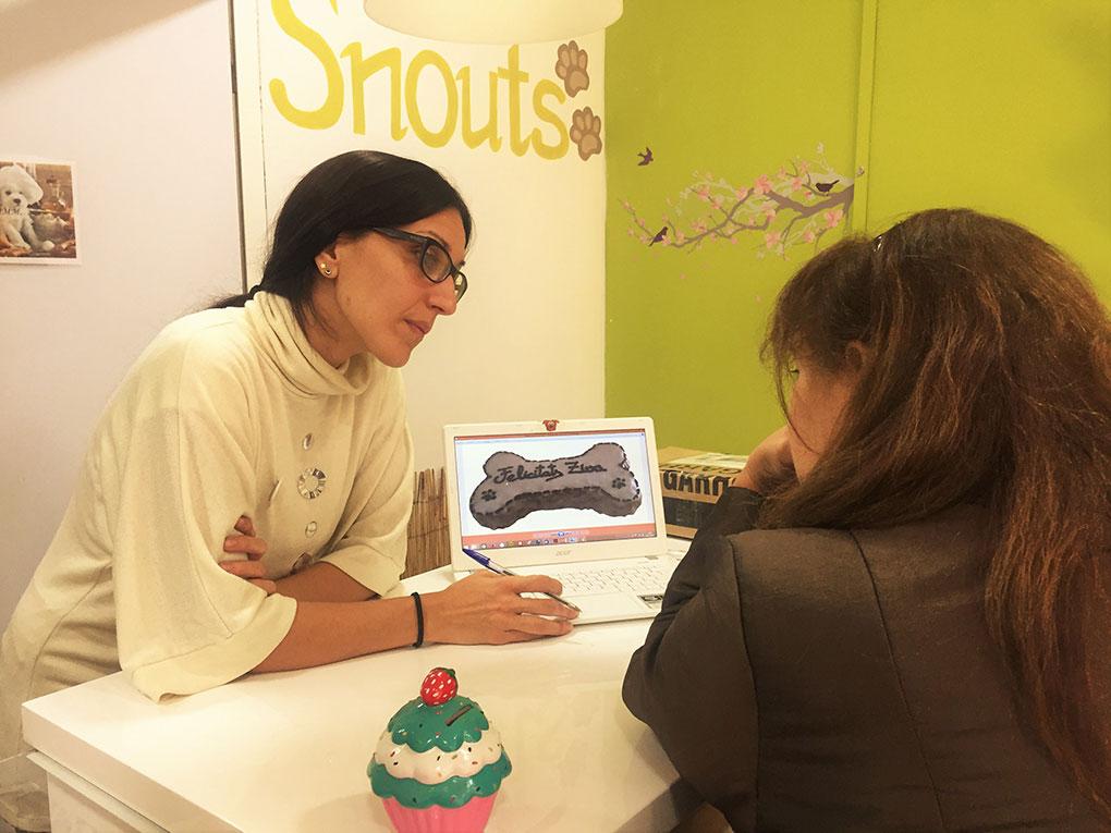 La dueña de Jacki encargando el pastel de cumpleaños de su mascota. Foto: Facebook.