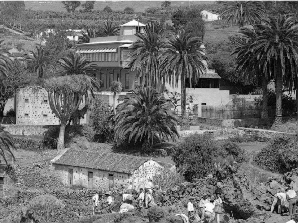 Una foto antigua muestra a los campesinos trabajando en torno a los jardines. Foto: Sitio Litre.