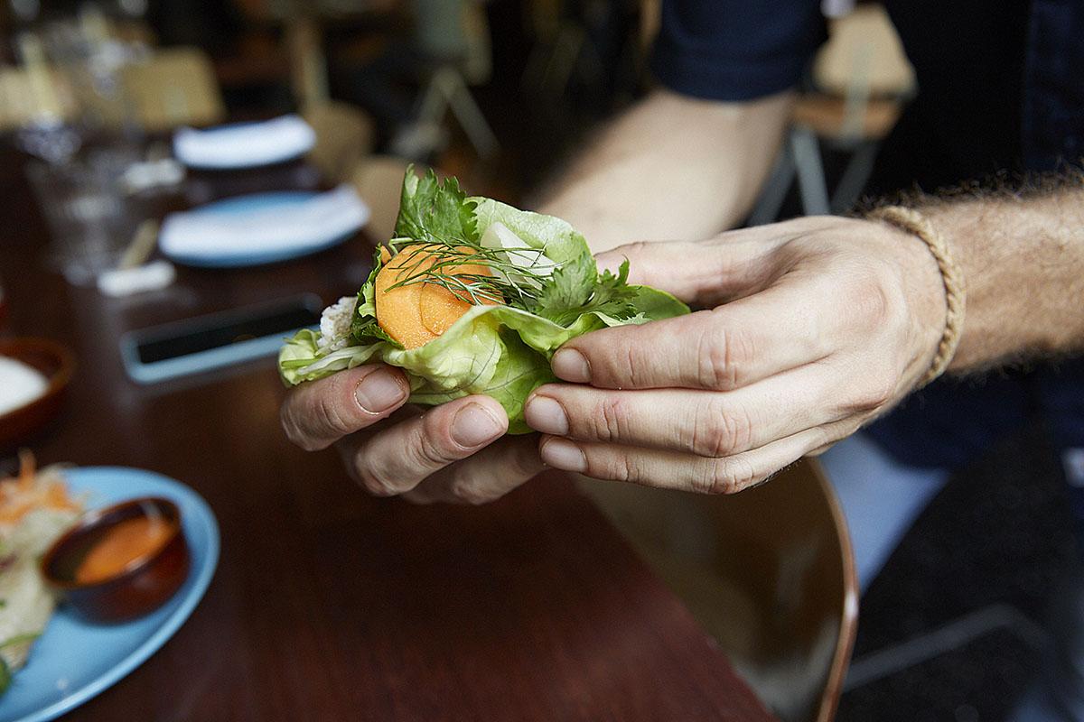 Pégale un buen bocado a este 'nem ram' (rollitos de cerdo con cilantro).