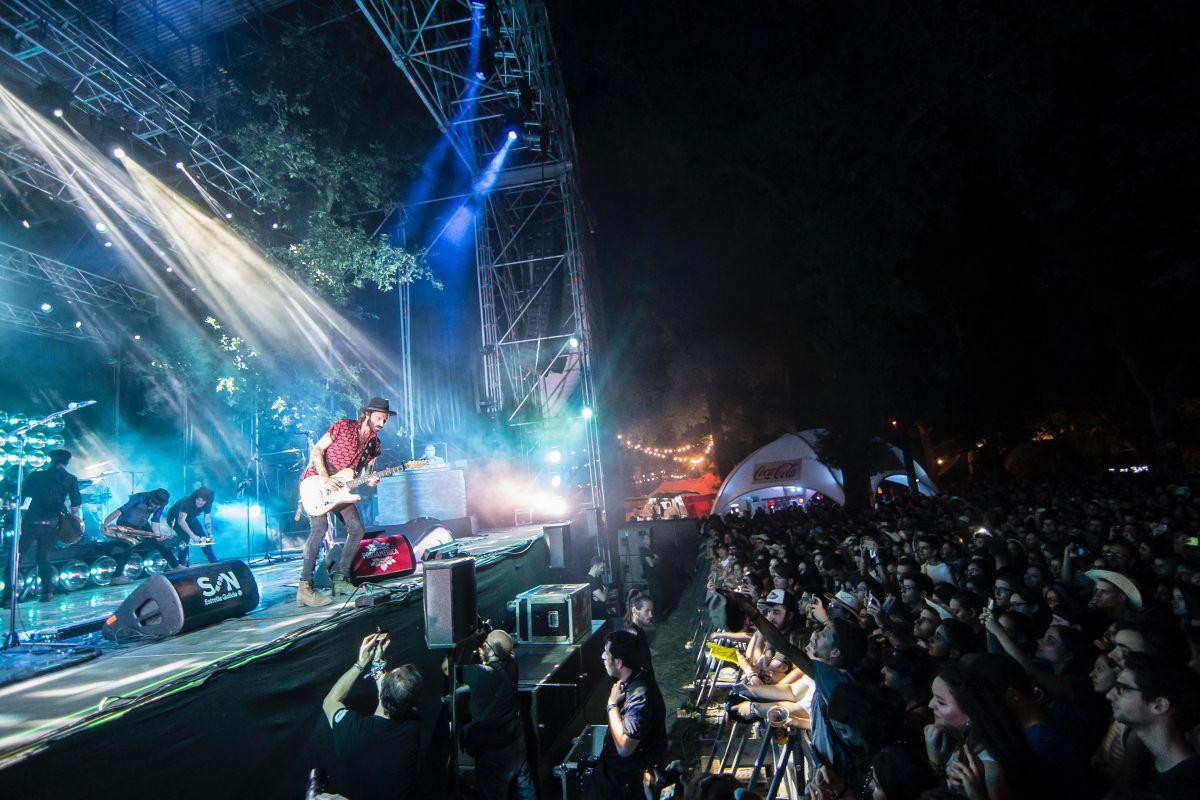Actuación nocturna durante la edición de 2017 del Festival PortAmérica, en Caldas de Reis, Pontevedra. Foto: PortAmérica.