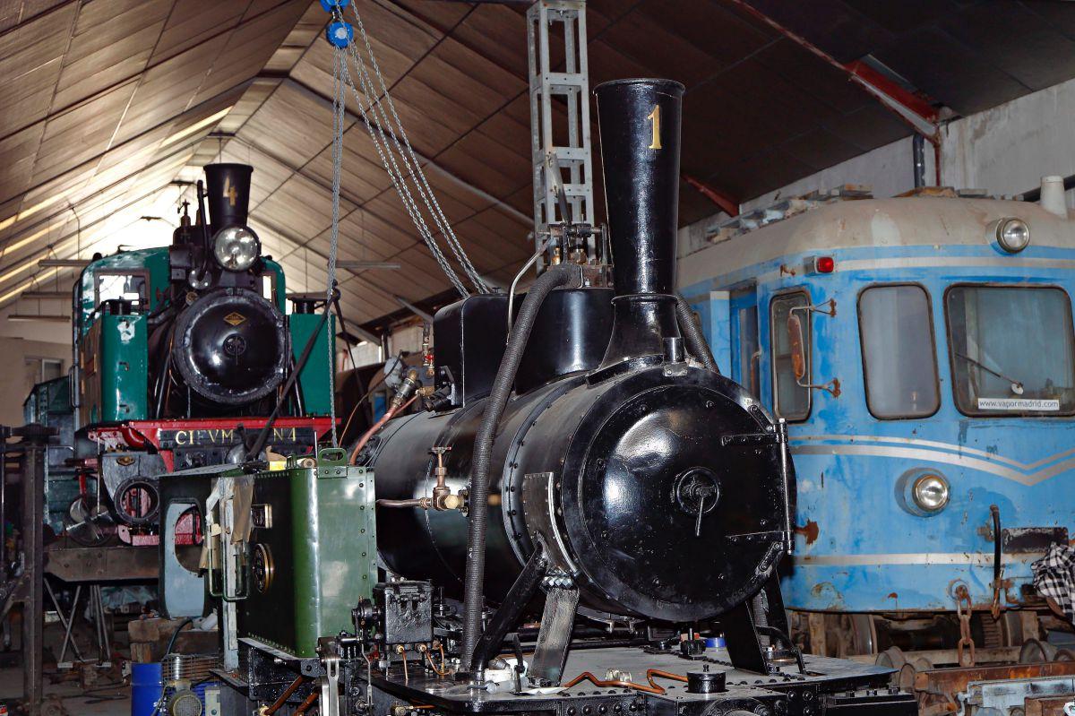 En una de las naves, los voluntarios reparan las locomotoras de vapor para tenerlas a punto.