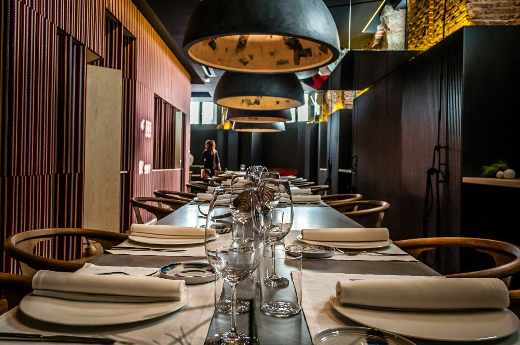 Abajo, en la 'mesa infinita', en las vestidas o en el reservado se puede escoger entre dos menús. Foto: Beto Troconis.