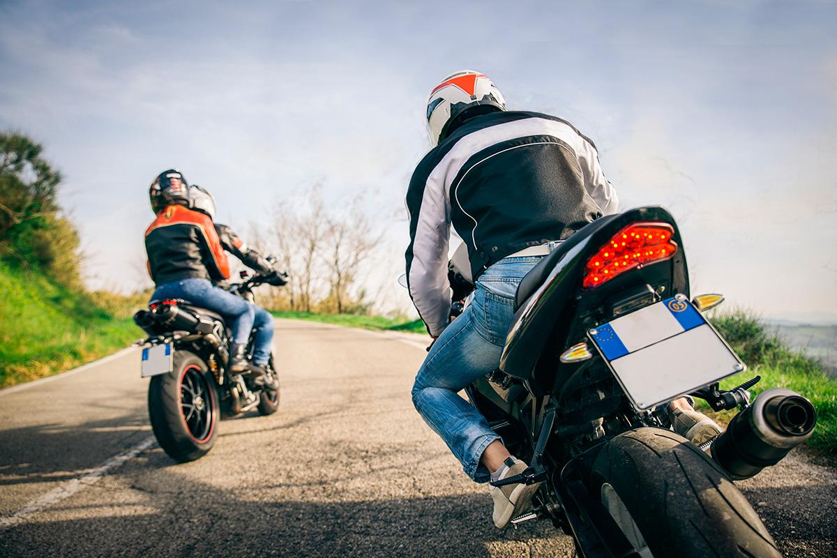Cuidado en la carretera, vayas solo o en grupo. Foto: Shutterstock.