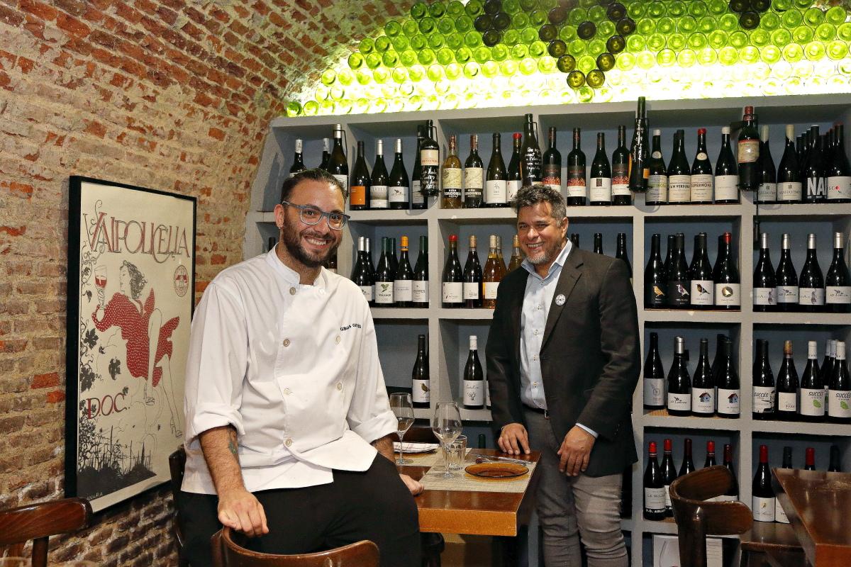 El chef José Kobos y el sumiller Frank Trujillo en el restaurante Matritum, en Madrid.