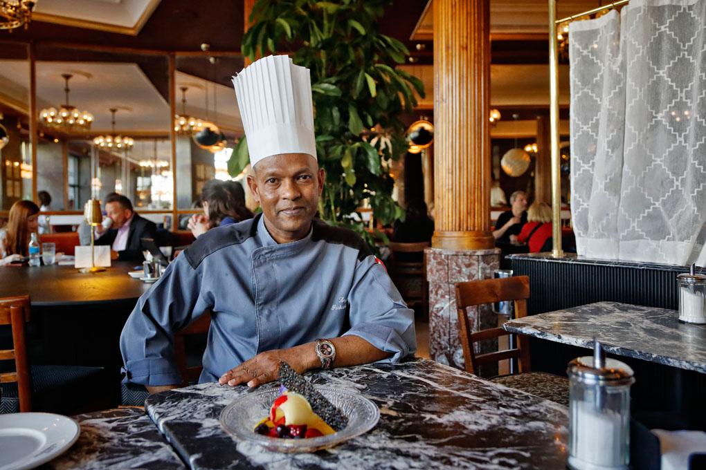 El pastelero del Café Comercial junto a un helado de maracuyá con frutos rojos y galleta de sésamo negro.