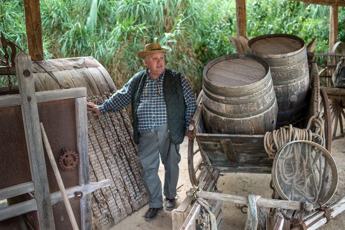 José Cabrera lleva el campo en su corazón desde niño. Aquí rodeado de aperos y feliz.