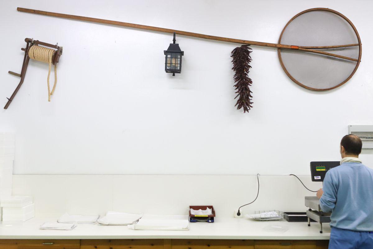 Algunos útiles para la pesca se pueden ver en las instalaciones de 'Angulas Mayoz'.