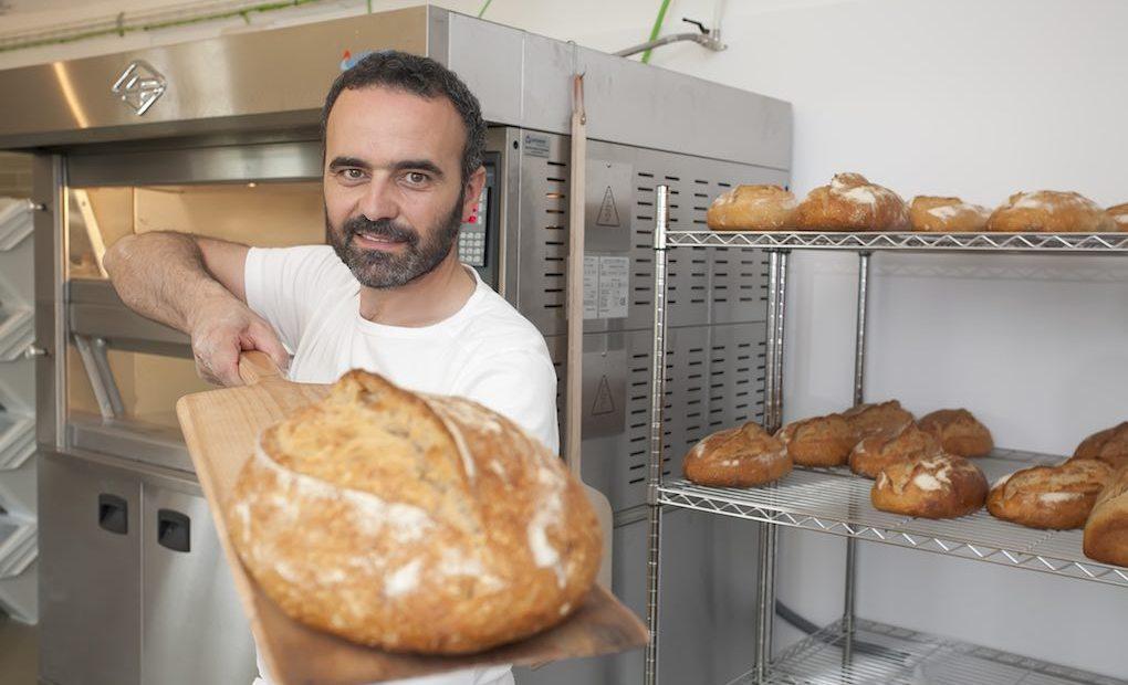 """David, un artesano """"renacentista"""", ahora reconvertido en panadero en 'El Cenador de Amós'."""