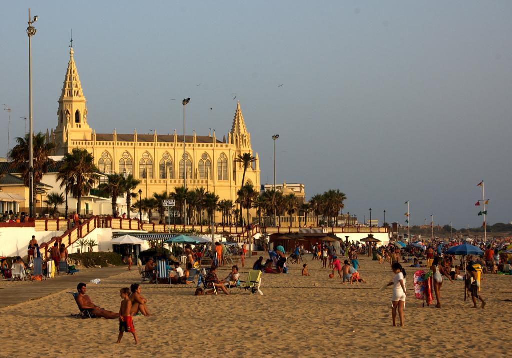 El santuario de Regla casi al borde del mar. Foto: Emilio del Prado (con Creative Commons).