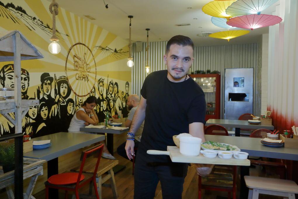 Uno de los chicos del 'Chan Street' muestra las delicias del local.