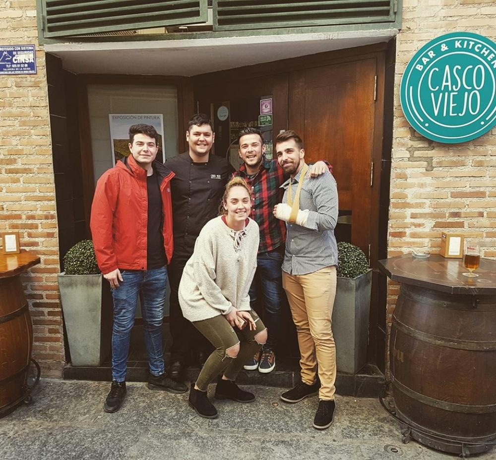 Carlos con los chavales de 'Casco Viejo'.