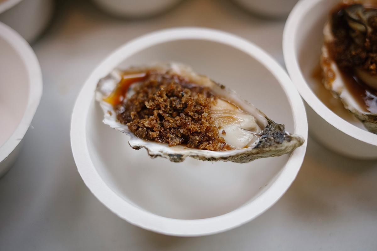 Uno de los éxitos del viernes: la tapa de ostra de Andoni Luis Aduriz.