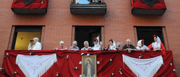 Balcón de un edificio durante las fiestas de La Paloma.