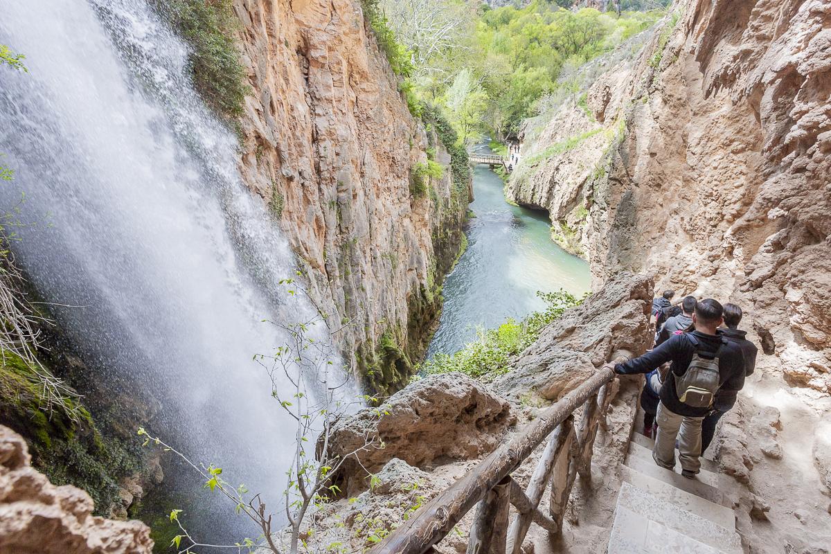 Una estrecha escalera de roca conduce hacia la Gruta Iris. Las vistas no defraudan.