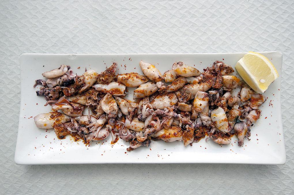 Los 'calamarets' preparados con la salsa tradicional: pimentón, ajo, perejil y aceite de oliva.
