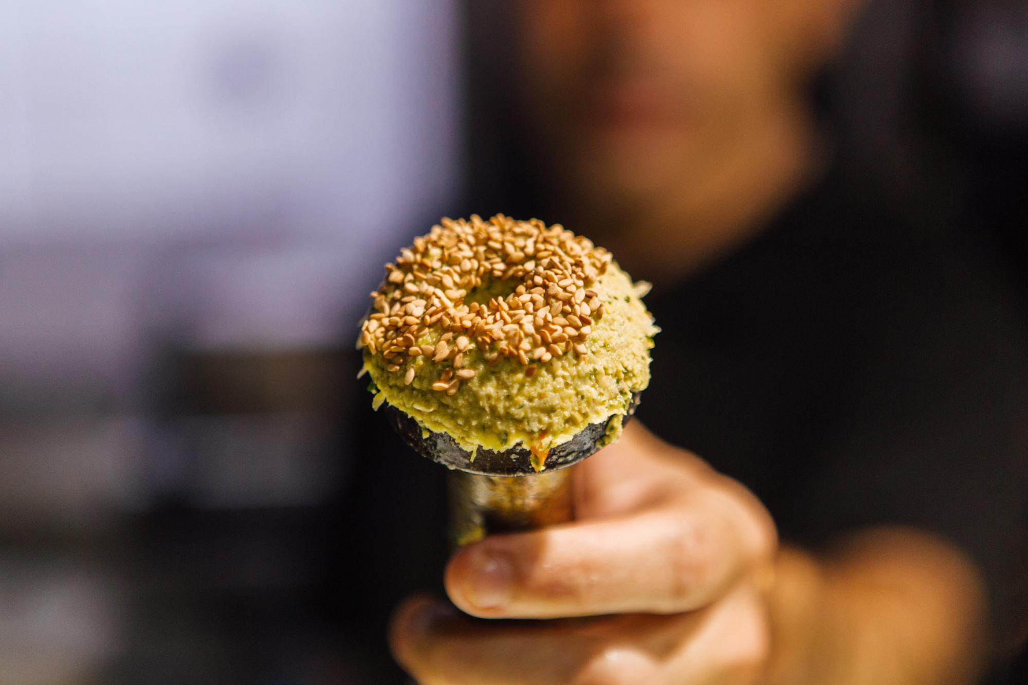 El sésamo se usa en 'Yaffa' por su aporte textura y aroma tostado.