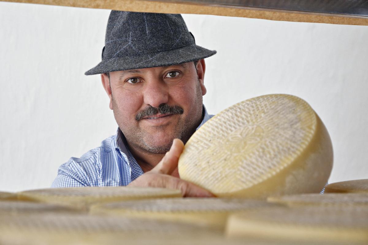 Cristóbal Moreno con uno de sus quesos premiados.
