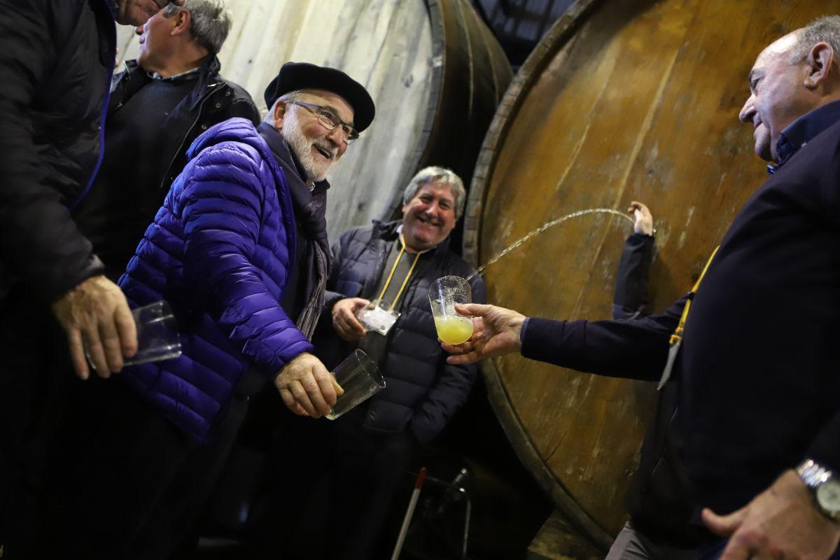 ¡Alegría! Saludando a la nueva sidra en la sidrería 'Gurutzeta'.