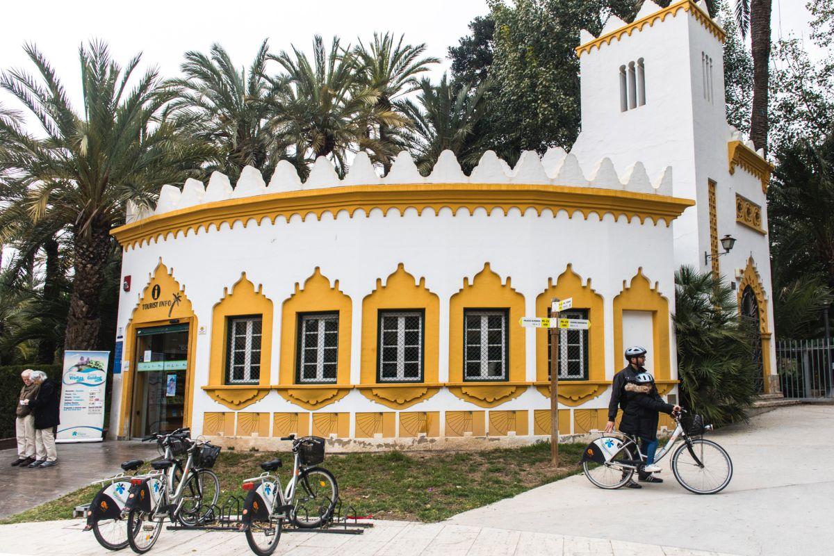 Con las bicis en la puerta del a Oficina de Turismo del parque municipal de Elche (Alicante).