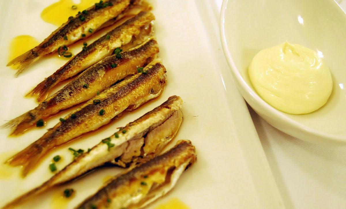 Boquerones fritos, ajada y mayonesa. Foto: Eduard Ros.