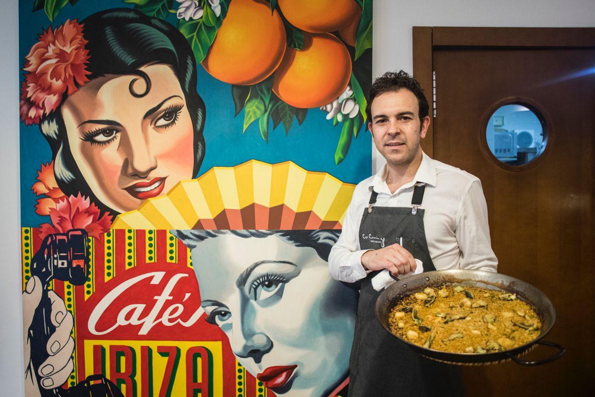 Un camarero muestra una paella en el restaurante Casa Carmina, El Saler (Parque Natural de La Albufera, Valencia).