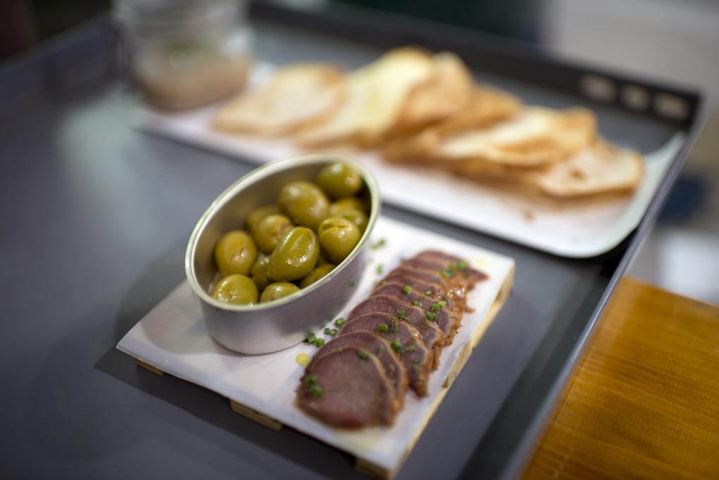 La lengua de cerdo ibérico acompañada de aceitunas aliñadas de Málaga.