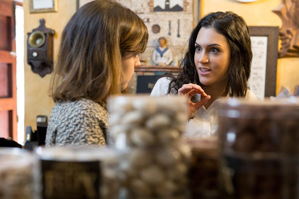Zoe Valero transmite la pasión con la que se elaboran los turrones a sus clientes.
