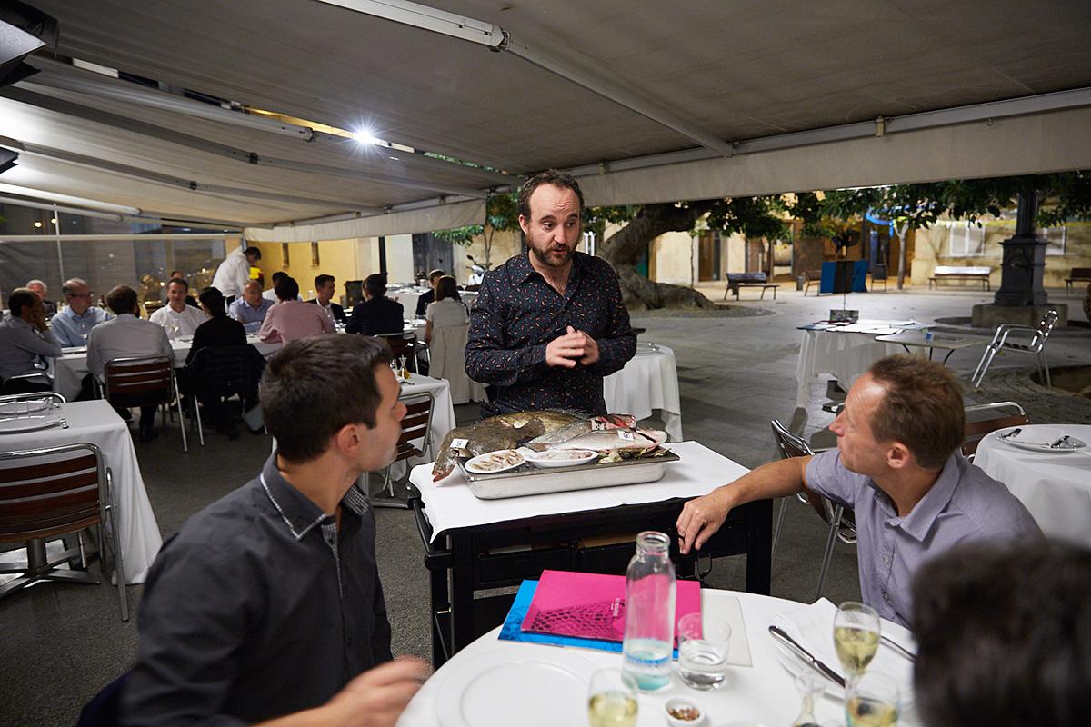 El jefe Marc recomienda a los clientes la oferta del pescado fresco del día.