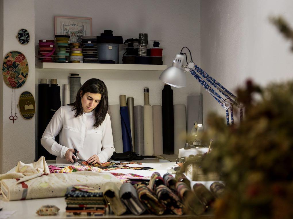 Núria González diseña con telas especiales bolsos y complementos para su tienda, 'Zalez'. Foto: Óscar Romero.