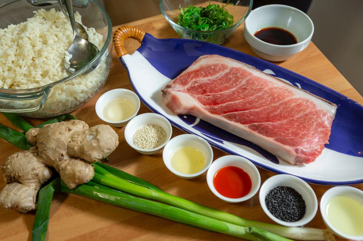 Ingredientes del poke bowl de atún picante.