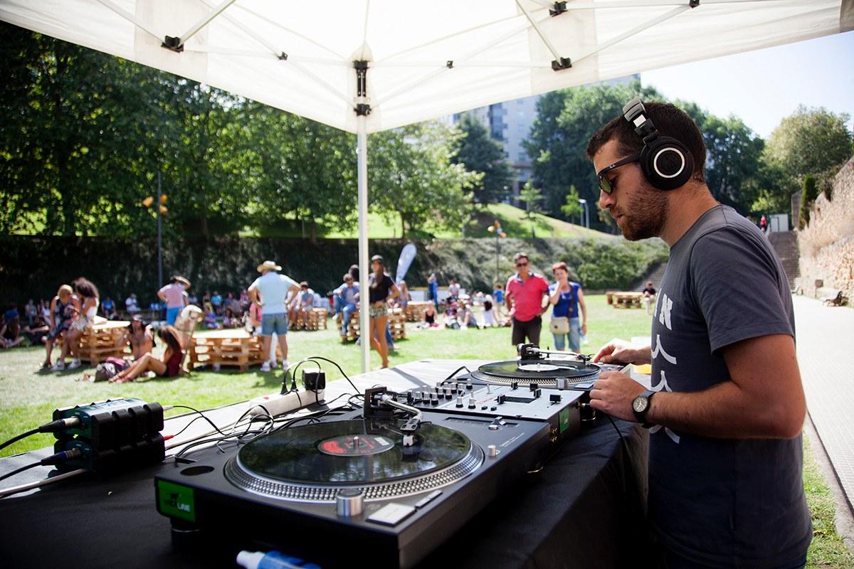 Un DJ ameniza los conciertos matinales de la ciudad. Foto: Festival Noroeste.