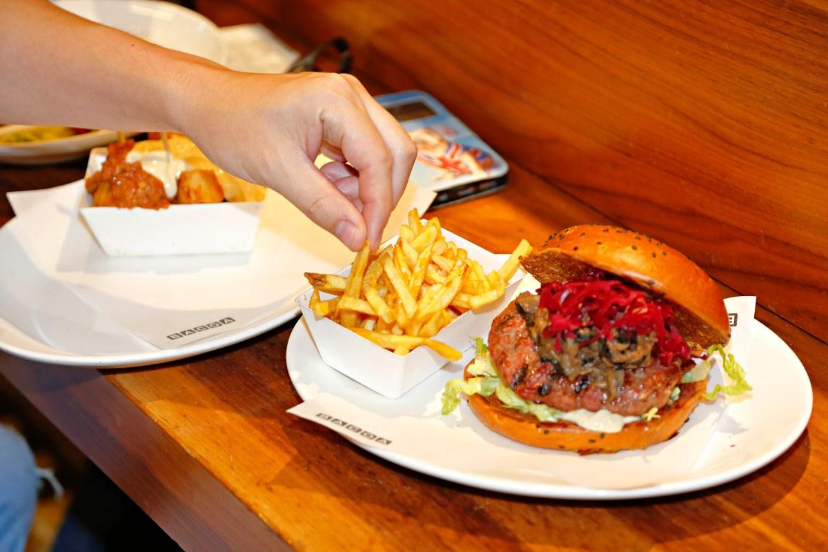 Hamburguesa con jabalí mechado de larga cocción, setas salvajes y 'choucroute' de col lombarda.