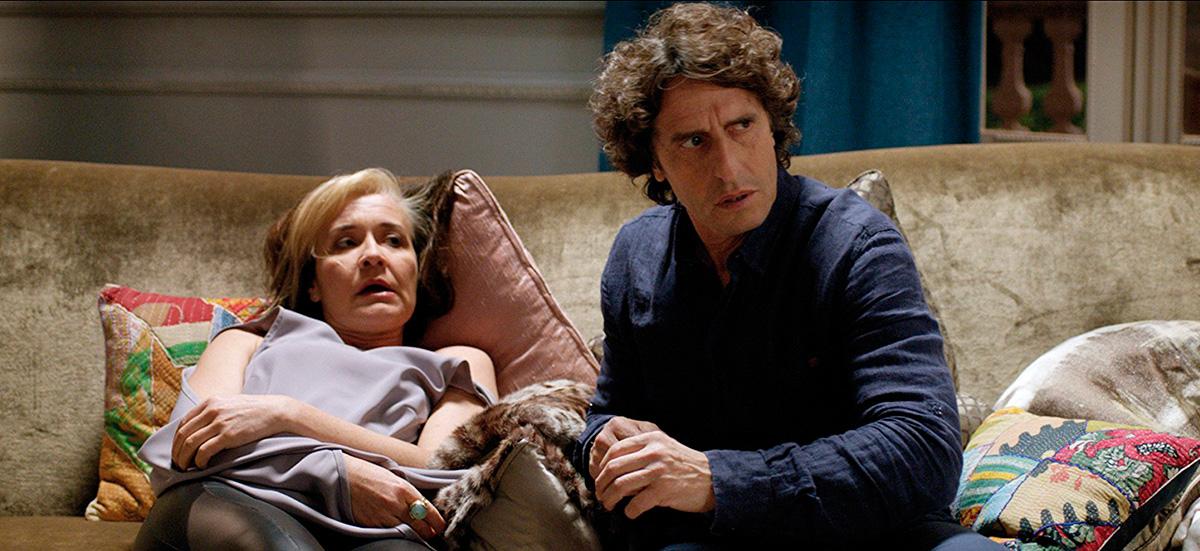 Fotograma de la película 'La noche que mi madre mató a mi padre' con María Pujalte junto a Diego Peretti.