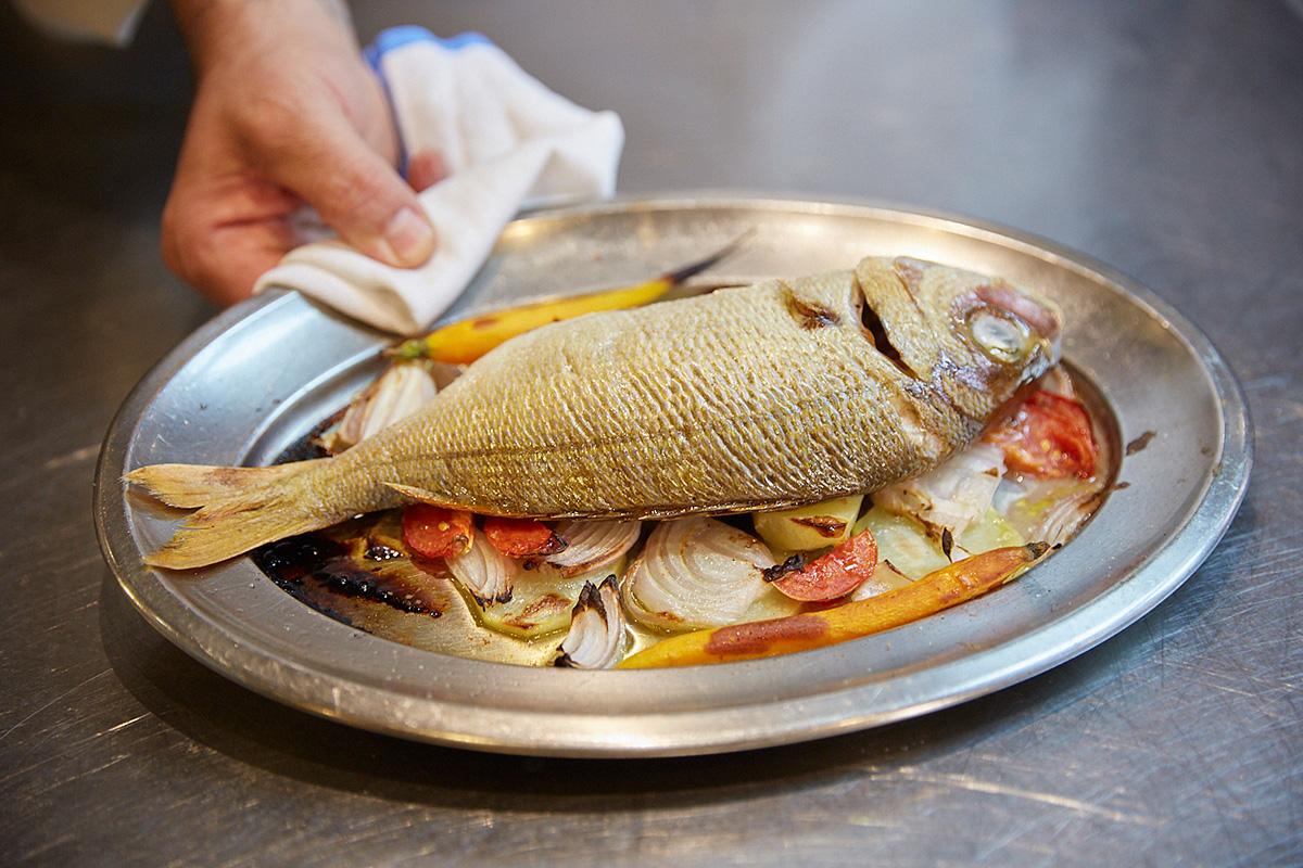 En unos 20 minutos el pescado está preparado para servirse.