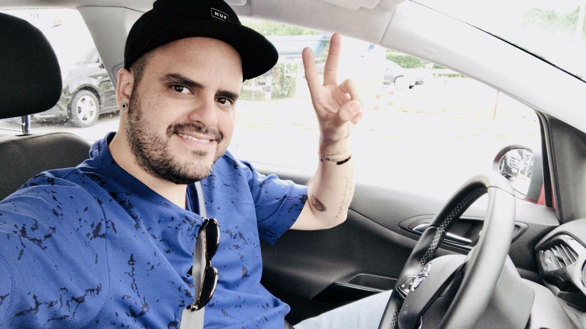 El artista canario se siente de lo más cómodo viajando en coche. Foto: Instagram