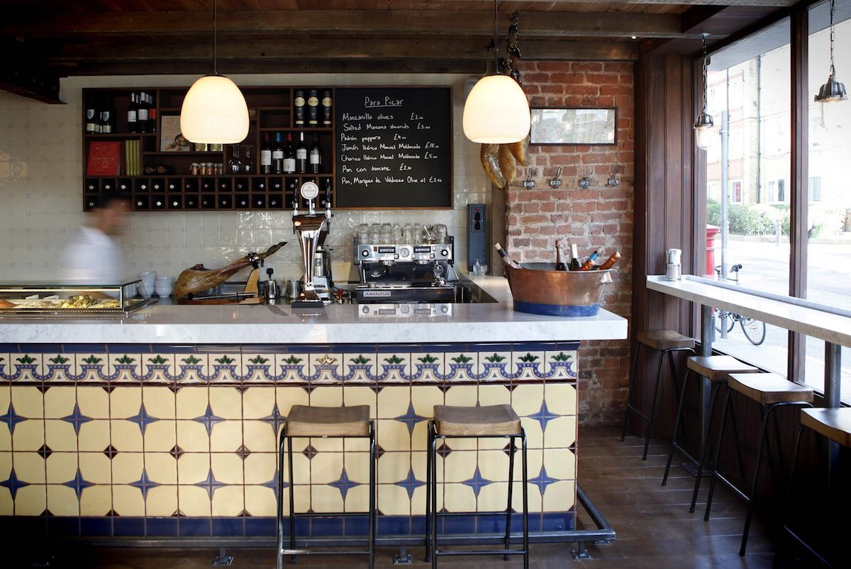 La barra del 'José Tapas Bar' podría estar en la esquina de cualquier barrio (de la España cañí). Foto: cedida.