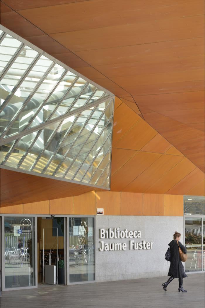 La arquitectura de este edificio fue reconocida con el premio FAD de Arquitectura. Foto: Biblioteca Municipal Jaume Fuster.