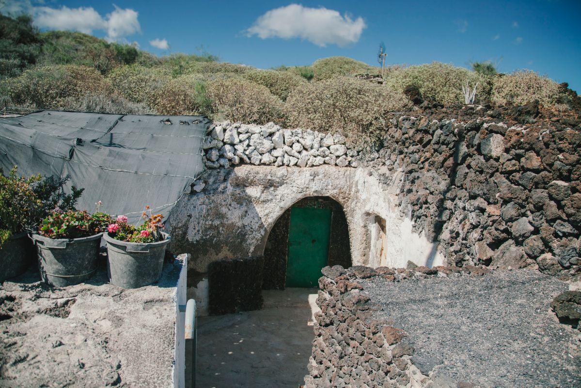 Eran los antiguos apartamentos turísticos, las casas cueva junto al mar.