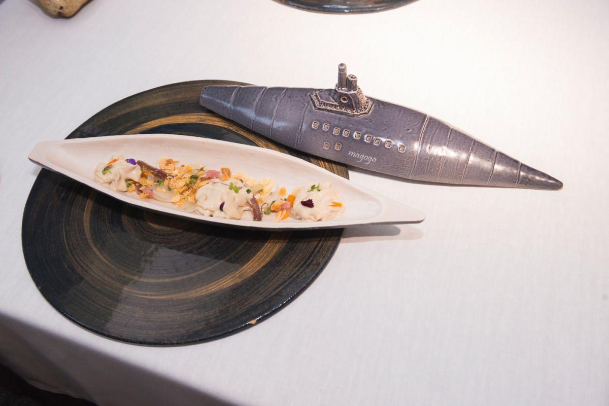 Plato de ensalada de cebolla asada y salazones en vajilla especial para el restaurante 'Magoga', en Cartagena, Murcia.