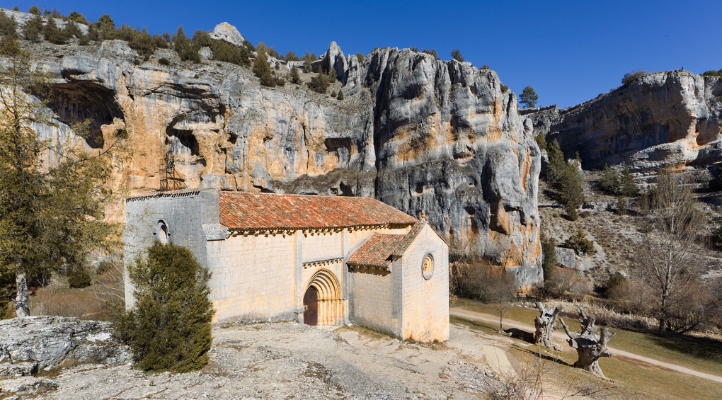 La ermita de San Bartolomé, del siglo XIII, integrada perfectamente en el paisaje. Foto: Shutterstock.