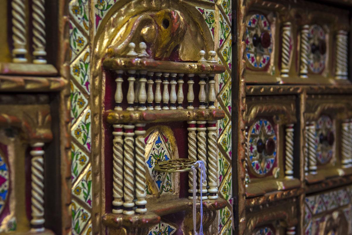 Exterior de una puerta renacentista con el detalle de la llave en primer plano.