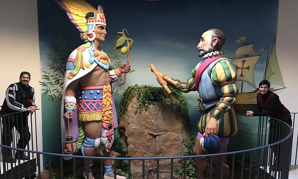 Estas estatuas gigantes reflejan la unión entre Europa y América.