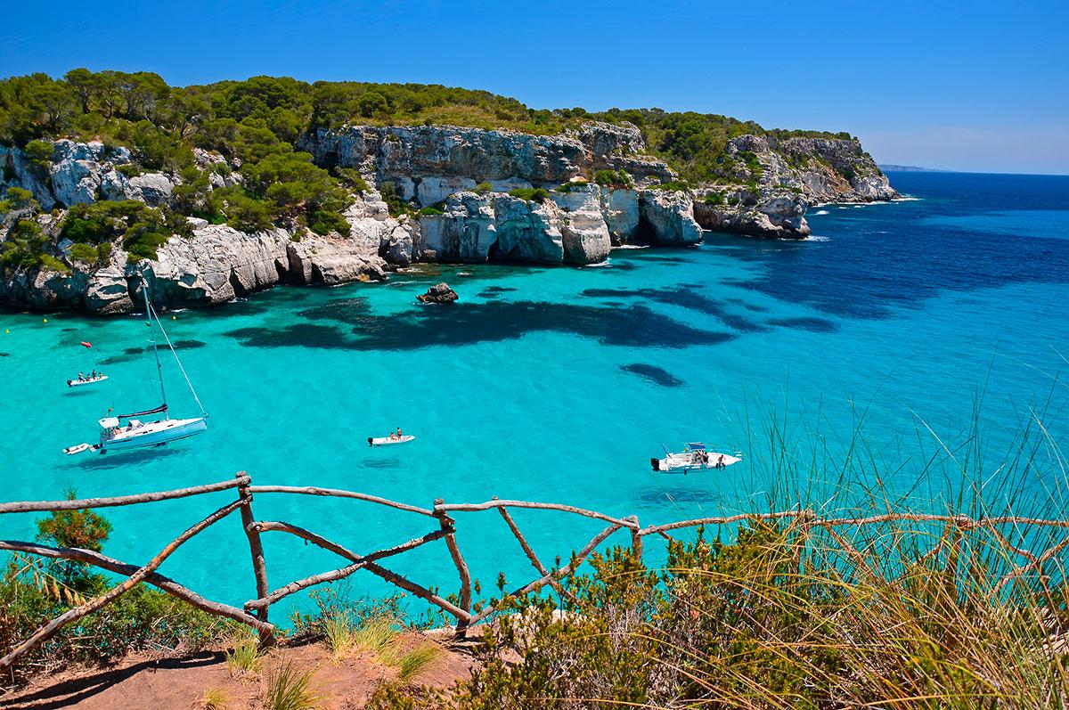 Uno no puede marcharase de la isla sin disfrutar de sus calas. Foto: Shutterstock.