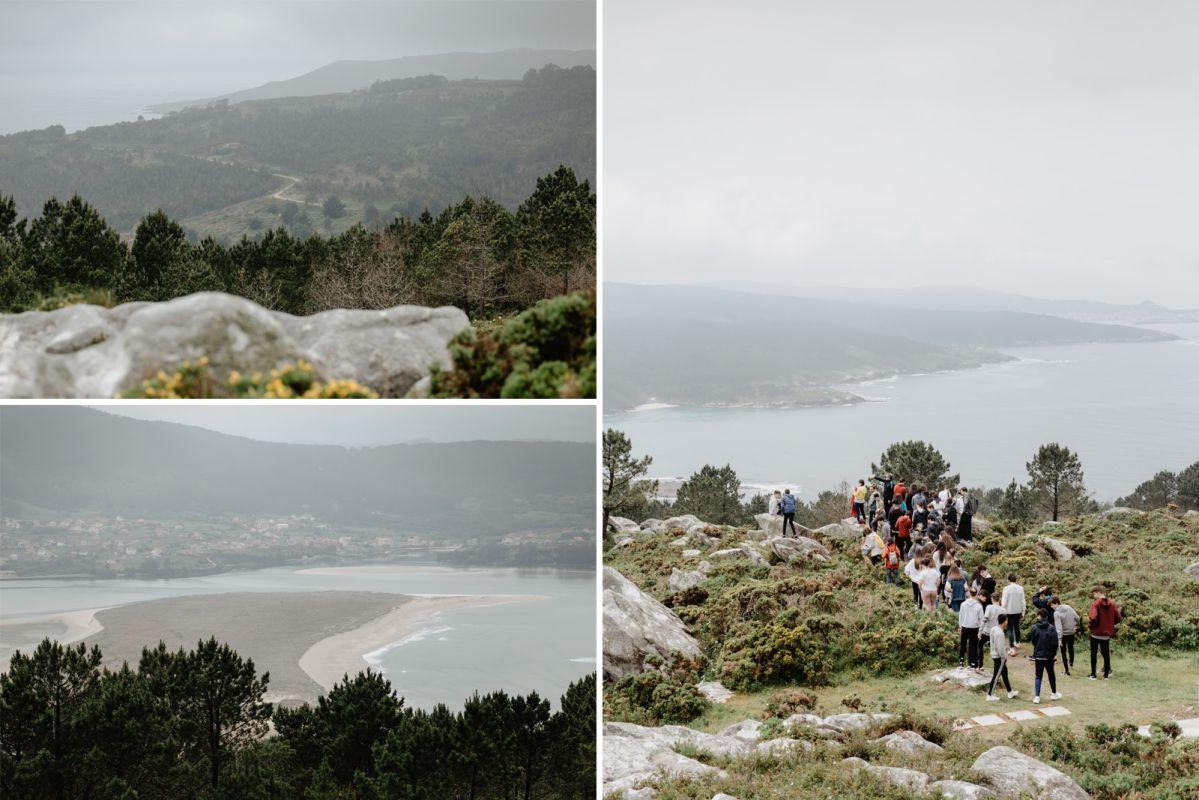 Un grupo de senderistas recorren O Camiño dos Faros a su paso por la ría de Corme-Laxe (Costa da Morte, A Coruña).