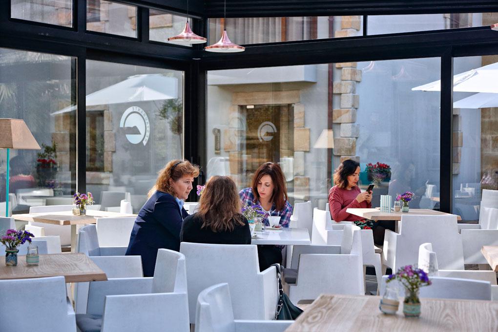 La cafetería acristalada, para disfrutar también cuando hace frío.